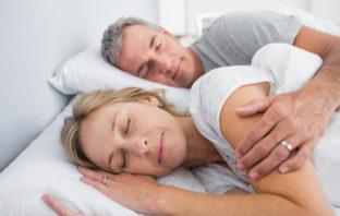 par slapper af i sengen