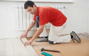 tømrer der lægger gulv