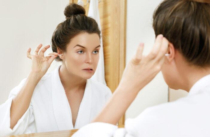 dame renser ørerne på badeværelset