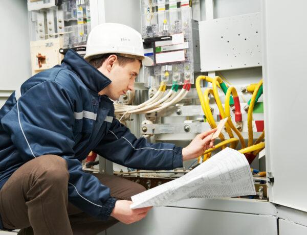 Derfor skal du indhente flere tilbud, når du skal hyre en elektriker