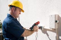 Elektriker foretager måling