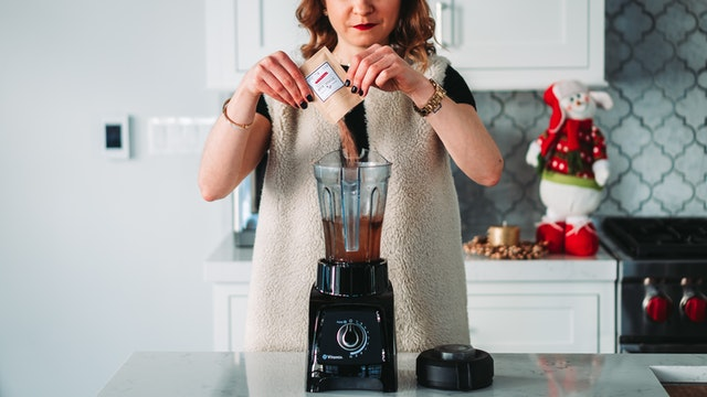 kvinde laver smoothie
