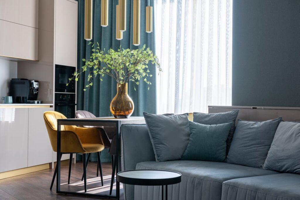 polstrede- stole og sofa