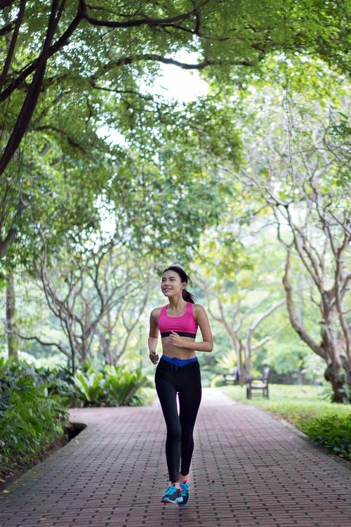 Kvinde løber en tur