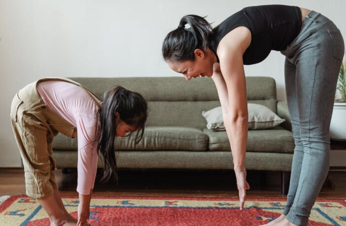 Mor træner med datter derhjemme